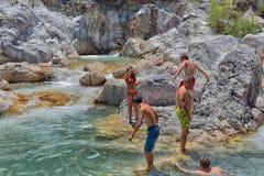 Viele Leute, die in einem Berg baden, strömen Schlucht Kuzdere während der Jeepsafari auf den Stierbergen Lizenzfreies Stockbild
