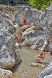 Viele Leute, die in einem Berg baden, strömen Schlucht Kuzdere während der Jeepsafari auf den Stierbergen Stockfotos