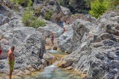Viele Leute, die in einem Berg baden, strömen Schlucht Kuzdere während der Jeepsafari auf den Stierbergen Stockbild
