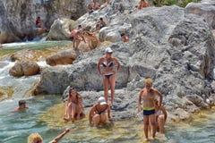 Viele Leute, die in einem Berg baden, strömen Schlucht Kuzdere während der Jeepsafari auf den Stierbergen Lizenzfreie Stockfotos