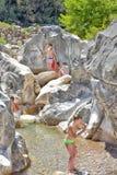Viele Leute, die in einem Berg baden, strömen Schlucht Kuzdere während der Jeepsafari auf den Stierbergen Stockfotografie