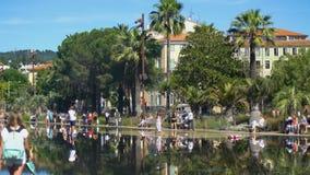 Viele Leute, die Erfrischung im Brunnenwasser, heißen Sommertag in der Stadt genießen stock video