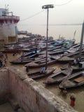Viele Leute, die im Ganges in heiligem Varanasi im September 2016 baden Stockfoto