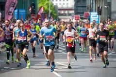 Viele Leute, die in London-Marathon laufen London, Großbritannien lizenzfreie stockfotografie
