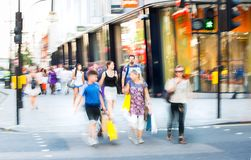 Viele Leute, die in Oxford-Straße, der Hauptbestimmungsort von Londonern für den Einkauf gehen Konzept des modernen Lebens London Stockbilder