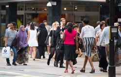Viele Leute, die in Oxford-Straße, der Hauptbestimmungsort von Londonern für den Einkauf gehen Konzept des modernen Lebens London Lizenzfreie Stockfotografie