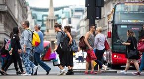 Viele Leute, die in Oxford-Straße, der Hauptbestimmungsort von Londonern für den Einkauf gehen Konzept des modernen Lebens London Lizenzfreie Stockbilder