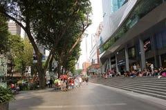 Viele Leute, die vor MRT-Station in Singapur gehen und sitzen stockfotos