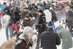 Viele Leute, die werfenden Schnee des Spaßes haben Stockbild