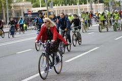 Viele Leute fahren Fahrrad im Moskau-Stadtzentrum Stockbilder