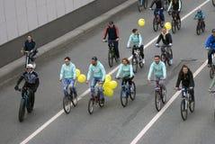 Viele Leute fahren Fahrrad im Moskau-Stadtzentrum Stockfotografie