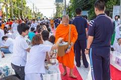 Viele Leute geben Lebensmittel und trinken für Almosen zu 1.536 buddhistischen Mönchen an visakha bucha Tag Lizenzfreie Stockfotos