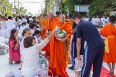 Viele Leute geben Lebensmittel und trinken für Almosen zu 1.536 buddhistischen Mönchen an visakha bucha Tag Lizenzfreies Stockbild