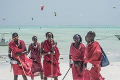 Viele Leute gehen Kitesurfing auf Sansibar tanzania lizenzfreie stockfotos