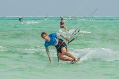 Viele Leute gehen Kitesurfing auf Sansibar tanzania stockfoto