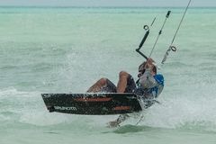 Viele Leute gehen nach Sansibar für das Kitesurfing tanzania stockfoto