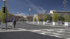 Viele Leute gehender Platz Massena quadrieren durch Gespräch in der Nizza Installation stock video footage