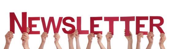 Viele Leute-Hände, die roten geraden Wort-Newsletter halten Lizenzfreie Stockbilder