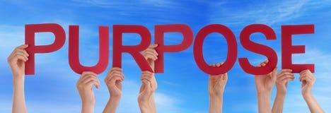 Viele Leute-Hände, die roter gerader Wort-Zweck-blauen Himmel halten Stockbilder