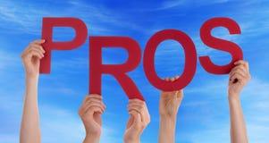 Viele Leute-Hände, die rotes Wort-Pro-blauen Himmel halten Lizenzfreie Stockbilder