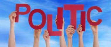 Viele Leute-Hände halten rotes Wort-diplomatischen blauen Himmel lizenzfreie stockfotos