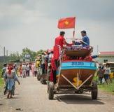 Viele Leute im traditionellen custume während des Festivals stockbilder