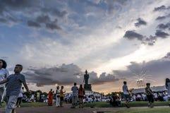Viele Leute kamen vorwärts, sich candlelit Prozession an Praphuttamonthon-Hof anzuschließen, stockfotos
