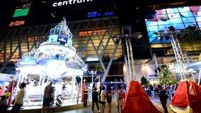Viele Leute mit Weihnachtsbaum und Karussellbeleuchtung im Weihnachts- und des neuen Jahresereignis stock video