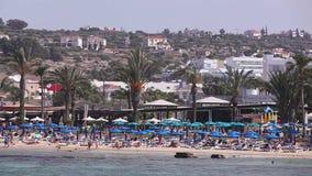 Viele Leute stehen auf dem Strand, Ansicht vom Meer, Strandschirme still stock video