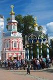 Viele Leute stehen in einer Reihe in der Dreiheit Sergius Lavra Stockfotos