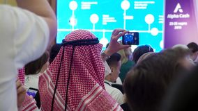 Viele Leute von verschiedenen Nationalit?ten bei der Konferenz, welche die Darstellung betrachtet ablage Zwei arabische M?nner im stock video footage