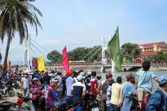 Viele Leute während des traditionellen Drachenbootrennens während des neuen Jahres stockfoto