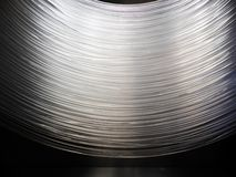 Viele Lichtwellenleiter Hängen, eine Bogenform bildend Dieses lassen Kabel Internet arbeiten, Verbindung zwischen Internet zur Ve stockfoto