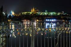 Viele lieben Verschlüsse auf dem Zaun, Herzvorhängeschloß auf Charles Bridge in Prags Hradcany blured Hintergrund Lizenzfreies Stockfoto