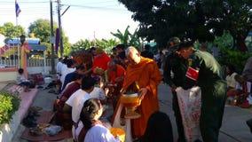 Viele Mönche empfangen Lebensmittelangebote stock video footage