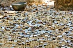 Viele Münzen am Boden Lizenzfreie Stockbilder