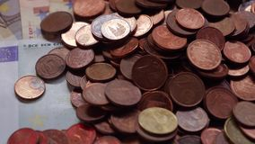 Viele Münzen und Rechnungen, Euros, Geld stock video footage