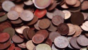 Viele Münzen und Rechnungen, Euros, Geld stock video