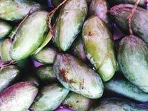 Viele Mangos auf dem Straßenmarkt Lizenzfreies Stockfoto