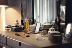 Viele Materialien auf einer Frisierkommode in einem Schlafzimmer lizenzfreie stockfotos