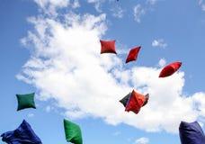 Viele mehrfarbigen Hülsen werfen oben gegen einen Himmelhintergrund stockfotografie