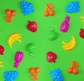 Viele mehrfarbigen Plastikspielwarenfrüchte stockfoto