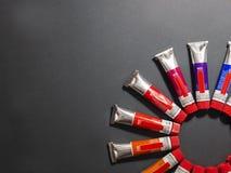 Viele mehrfarbigen Rohre mit Aquarelle Regenbogenfarbe stockbilder