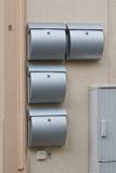 Viele Metalmailboxes auf der Wand Stockbilder