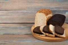 Viele Mischbrote und Rollen des gebackenen Brotes auf Holztischhintergrund lizenzfreie stockfotografie
