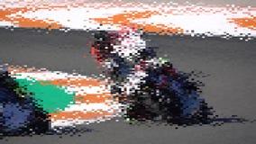 Viele Motorräder, die in einer Rennstrecke und in einem LangsammO konkurrieren lizenzfreie abbildung