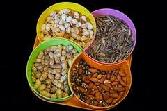 Viele Nüsse in einer bunten Platte Lizenzfreies Stockbild