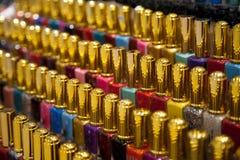 Viele Nagellackmehrfarbenflaschen vereinbarten im Reihenhintergrund Lizenzfreie Stockfotos