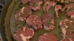 Viele neuen rohen und saftigen großen Stücke Steak werden auf einem Grillgrill mit einer jungen Kartoffel gebraten tenderloin Aus stock video