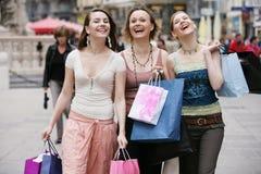 so viele neuen Sachen - glückliche Einkaufenneigung Stockfoto